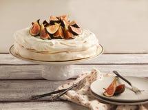 Κέικ μαρέγκας με τα σύκα στοκ φωτογραφία με δικαίωμα ελεύθερης χρήσης