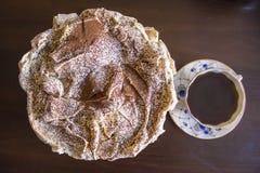 Κέικ μαρέγκας με τα τσιπ σοκολάτας και ένα φλιτζάνι του καφέ με τα μπλε λουλούδια Στοκ εικόνες με δικαίωμα ελεύθερης χρήσης