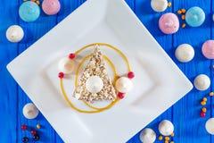 Κέικ μαρέγκας με τα φουντούκια και τη σάλτσα καραμέλας Στοκ Φωτογραφία