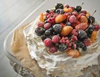 Κέικ μαρέγκας με τα φρούτα στο αναδρομικό ύφος διάστημα αντιγράφων στοκ φωτογραφίες