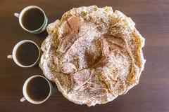 Κέικ μαρέγκας με τσιπ σοκολάτας και τρία φλιτζάνια του καφέ Στοκ φωτογραφία με δικαίωμα ελεύθερης χρήσης