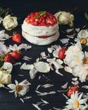 Κέικ μεταξύ των λουλουδιών στοκ φωτογραφία