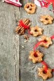 Κέικ μελιού με τα καρυκεύματα σε ένα ξύλινο υπόβαθρο Compos Χριστουγέννων Στοκ φωτογραφία με δικαίωμα ελεύθερης χρήσης