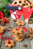 Κέικ μελιού με τα καρυκεύματα σε ένα ξύλινο υπόβαθρο Compos Χριστουγέννων Στοκ εικόνες με δικαίωμα ελεύθερης χρήσης