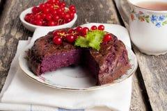 Κέικ μελιού που γεμίζουν με την κόκκινη σταφίδα Στοκ εικόνες με δικαίωμα ελεύθερης χρήσης
