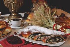 Κέικ με μια πλήρωση παπαρουνών στον πίνακα για το τσάι Στοκ εικόνες με δικαίωμα ελεύθερης χρήσης