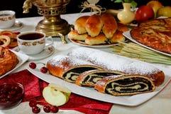 Κέικ με μια πλήρωση παπαρουνών στον πίνακα για το τσάι Στοκ φωτογραφίες με δικαίωμα ελεύθερης χρήσης