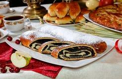 Κέικ με μια πλήρωση παπαρουνών στον πίνακα για το τσάι Στοκ Φωτογραφίες