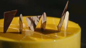 Κέικ με πορτοκαλί mousse και σοκολάτα στο λούστρο καθρεφτών Εκλεκτική εστίαση φιλμ μικρού μήκους