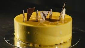 Κέικ με πορτοκαλί mousse και σοκολάτα στο λούστρο καθρεφτών Εκλεκτική εστίαση απόθεμα βίντεο