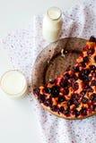 Κέικ με τα δαμάσκηνα και ένα ποτήρι του γάλακτος για το πρόγευμα Στοκ Φωτογραφίες