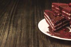 Κέικ με τα τα βακκίνια και κρέμα σε ένα ξύλινο υπόβαθρο Στοκ Εικόνες