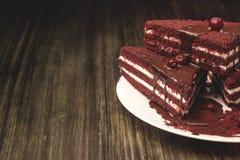 Κέικ με τα τα βακκίνια και κρέμα σε ένα ξύλινο υπόβαθρο Στοκ Φωτογραφίες