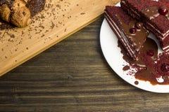 Κέικ με τα τα βακκίνια και κρέμα σε ένα ξύλινο υπόβαθρο Στοκ εικόνες με δικαίωμα ελεύθερης χρήσης