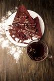 Κέικ με τα τα βακκίνια, την καυτές σοκολάτα και την κρέμα Στοκ Φωτογραφίες