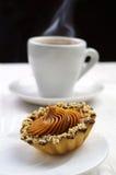 Κέικ με τα καρύδια και το φλιτζάνι του καφέ Στοκ εικόνα με δικαίωμα ελεύθερης χρήσης