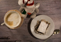 Κέικ με τα καρύδια σε ένα άσπρο πιάτο Γκρίζα ανασκόπηση Στοκ εικόνα με δικαίωμα ελεύθερης χρήσης
