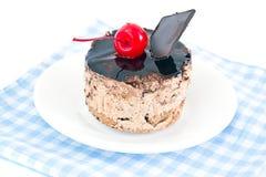 Κέικ με τα κεράσια και σοκολάτα, Cupcake στο ξύλο Στοκ φωτογραφία με δικαίωμα ελεύθερης χρήσης