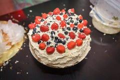 Κέικ με τα μούρα και την κρέμα Στοκ Εικόνες