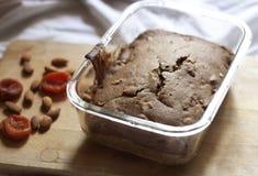 Κέικ με τα ξηρά βερίκοκα και τα αμύγδαλα στοκ εικόνες με δικαίωμα ελεύθερης χρήσης