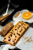Κέικ με τα ξηρούς μούρα, την κανέλα και το ουρακοτάγκο Στοκ εικόνες με δικαίωμα ελεύθερης χρήσης