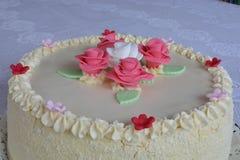 Κέικ με τα τριαντάφυλλα Στοκ εικόνες με δικαίωμα ελεύθερης χρήσης
