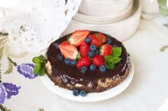 Κέικ με τα φρέσκα μούρα και κρέμα στο παλαιό ξύλινο υπόβαθρο Εκλεκτική εστίαση στοκ εικόνες με δικαίωμα ελεύθερης χρήσης