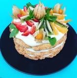 Κέικ με τα φρούτα σε ένα μπλε υπόβαθρο Στοκ εικόνα με δικαίωμα ελεύθερης χρήσης
