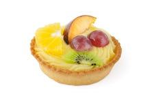 Κέικ με τα φρούτα στο άσπρο υπόβαθρο Στοκ Φωτογραφία
