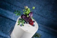 Κέικ με τα φυσικά λουλούδια και τα μούρα Στοκ εικόνα με δικαίωμα ελεύθερης χρήσης