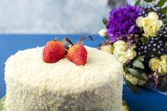 Κέικ με την άσπρη σοκολάτα και τις φρέσκες φράουλες Στοκ Φωτογραφίες