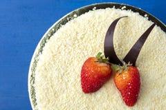 Κέικ με την άσπρη σοκολάτα και τις φρέσκες φράουλες Στοκ Εικόνες
