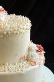 Κέικ με την κινηματογράφηση σε πρώτο πλάνο τριαντάφυλλων και μαργαριταριών ζάχαρης Στοκ Φωτογραφία