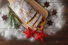 Κέικ με την κονιοποιημένη ζάχαρη στο νέο πίνακα έτους ` s Στοκ Φωτογραφία