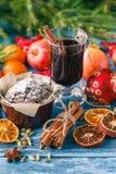Κέικ με την κονιοποιημένη ζάχαρη στο νέο πίνακα έτους ` s Στοκ Εικόνες