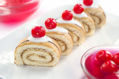 Κέικ με την κρέμα και τα κεράσια Στοκ φωτογραφία με δικαίωμα ελεύθερης χρήσης