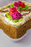 Κέικ με την κρέμα και τα τριαντάφυλλα στοκ εικόνα