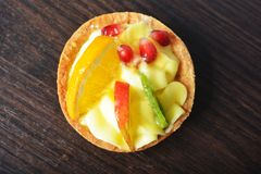 Κέικ με την κρέμα και φρούτα σε ένα καλάθι στοκ εικόνες