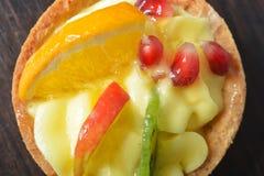 Κέικ με την κρέμα και φρούτα σε ένα καλάθι στοκ εικόνα με δικαίωμα ελεύθερης χρήσης