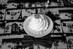 Κέικ με την κρέμα, κεράσια, κερί, δεσμός τόξων μαύρο λευκό στοκ εικόνα με δικαίωμα ελεύθερης χρήσης