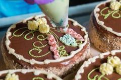 Κέικ με τη φωτεινή floral διακόσμηση Στοκ Εικόνα