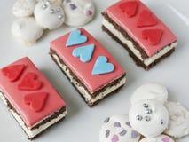 Κέικ με τις καρδιές αγάπης Στοκ Εικόνα