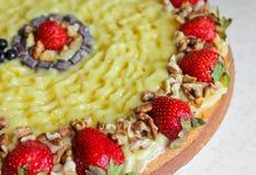 Κέικ με τις φράουλες και τα καρύδια κρέμα ξινή Στοκ εικόνα με δικαίωμα ελεύθερης χρήσης
