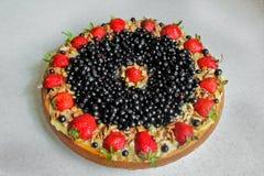 Κέικ με τις φράουλες, το βακκίνιο και τα καρύδια κρέμα ξινή Στοκ Εικόνες