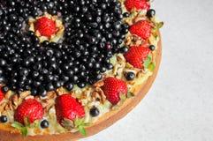 Κέικ με τις φράουλες, το βακκίνιο και τα καρύδια κρέμα ξινή Στοκ φωτογραφία με δικαίωμα ελεύθερης χρήσης