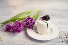 Κέικ με το βατόμουρο και την τουλίπα, υπόβαθρο ημέρας βαλεντίνων Εκλεκτική εστίαση Στοκ Εικόνες