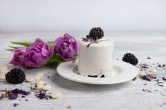 Κέικ με το βατόμουρο και την τουλίπα, υπόβαθρο ημέρας βαλεντίνων Εκλεκτική εστίαση Στοκ εικόνες με δικαίωμα ελεύθερης χρήσης