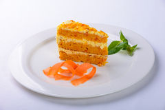 Κέικ με το πιάτο καρότων στο άσπρο υπόβαθρο Στοκ φωτογραφία με δικαίωμα ελεύθερης χρήσης