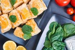 Κέικ με το τυρί σπανακιού και αιγών στοκ φωτογραφία