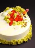 Κέικ με mousse μούρων στο λούστρο καθρεφτών με τη φράουλα και τη μοριακή διακόσμηση μπισκότων Στοκ φωτογραφίες με δικαίωμα ελεύθερης χρήσης